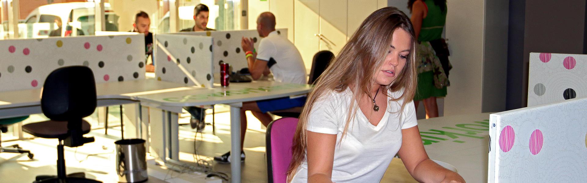 Coworking Orixe22 chica trabajando en su puesto de trabajo